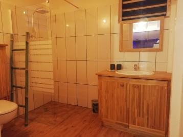 Salle d'eau avec sa douche à l'Italienne et meuble bambou.