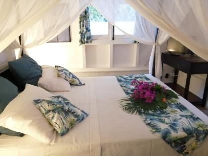 """Chambre entièrement conçue en bois """"manguier"""""""